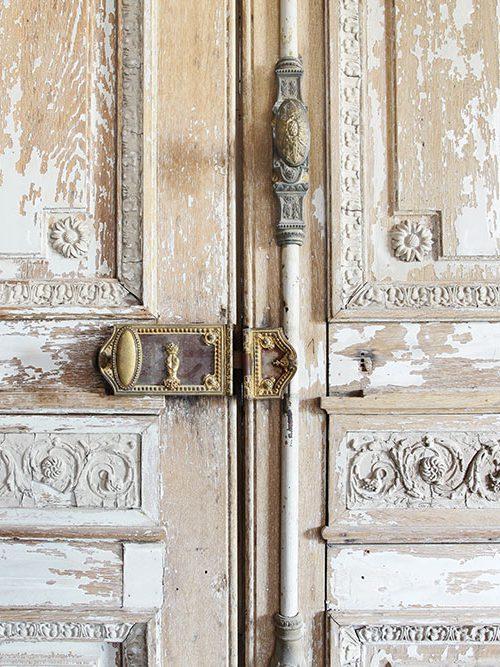 Porte ancienne décapée avec sa quincaillerie décorative